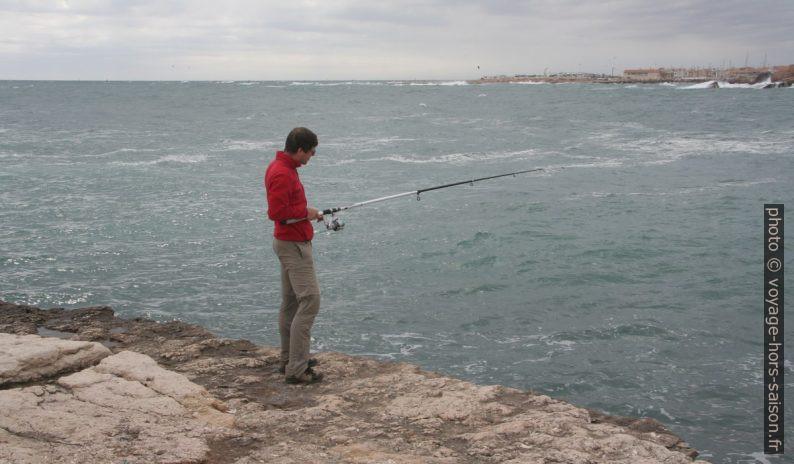 André s'essaie à la pêche côtière. Photo © Alex Medwedeff