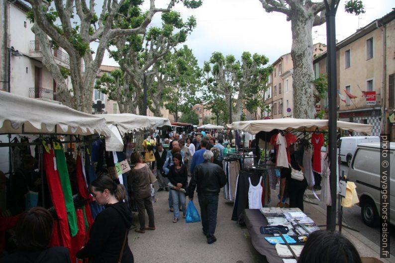 Stands de vêtements au marché de Gardanne. Photo © André M. Winter