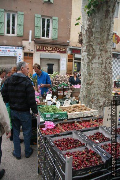 Étals de cerises, haricots et kiwis au marché de Gardanne. Photo © André M. Winter