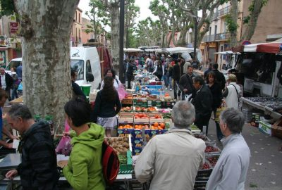 Queue à la caisse d'un stand de légumes au marché de Gardanne. Photo © André M. Winter