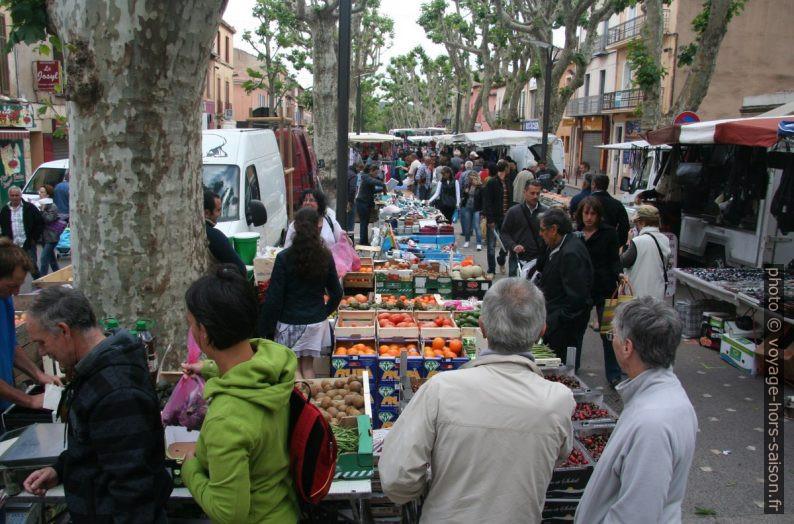 Queue à la caisse d'un stand de légumes au marché de Gardanne. Photo © André M. Winter