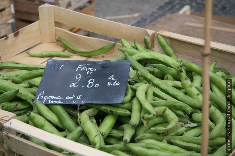 Cagette de fèves au marché de Gardanne Photo © Alex Medwedeff