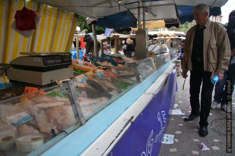 Un des poissionniers sur le marché de Gardanne. Photo © André M. Winter