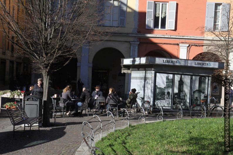 Terrasse de café sur la Piazza Duomo en hiver. Photo © Alex Medwedeff