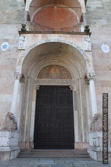 Portail aux lions de la cathédrale de Piacenza. Photo © Alex Medwedeff