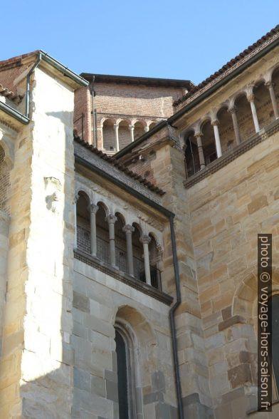 Couloirs de loggias aux colonnes de la cathédrale de Piacenza. Photo © Alex Medwedeff