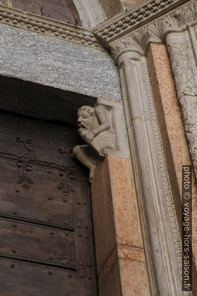 Décor d'un portail de la Basilique St. Antonin de Piacenza. Photo © Alex Medwedeff