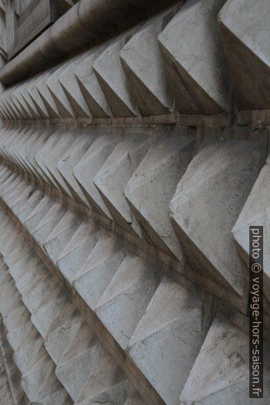 Façade en pointes de l'immeuble des postes de Piacenza. Photo © Alex Medwedeff