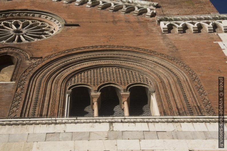 Détail d'une fenêtre du palais gothique de Piacenza. Photo © André M. Winter