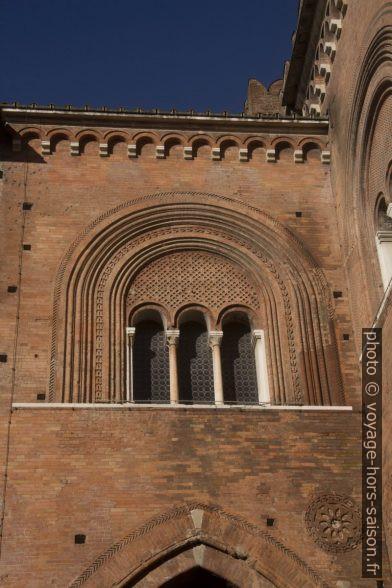 Une fenêtre de la cour du Palais gothique de Piacenza. Photo © Alex Medwedeff