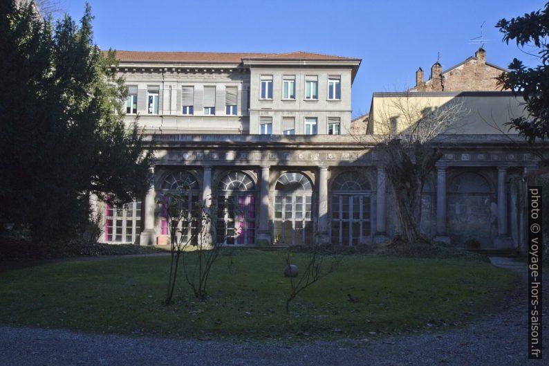 Cour d'un palais et l'Istituto Tecnico Economico G. D. Romagnosi. Photo © Alex Medwedeff