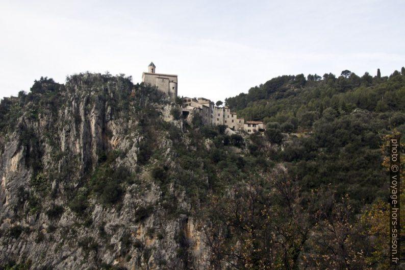 Peillon et son église sur le rocher. Photo © André M. Winter