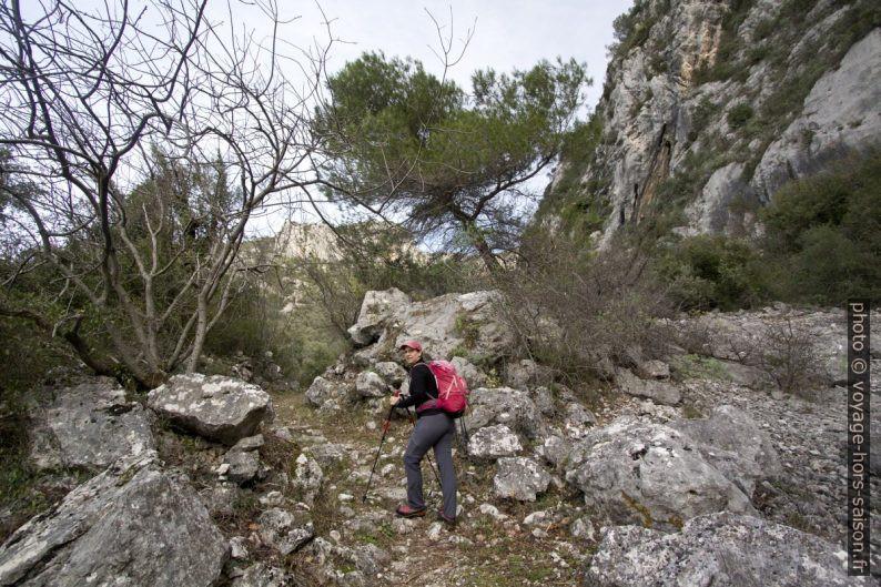 Chemin entre rochers au nord de la balise 584. Photo © André M. Winter