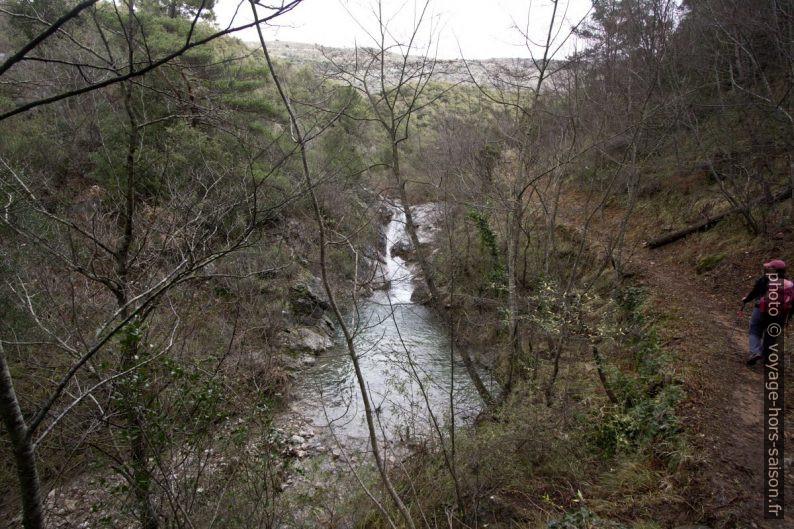Vue en aval su pont sur le Ruisseau de la Launa sous le Baus Roux. Photo © André M. Winter
