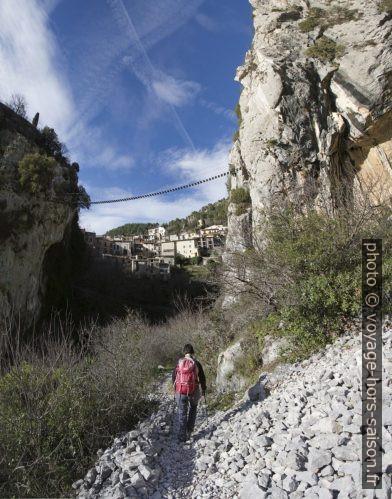 Pont suspendu de la via ferrata l'Escale et Peille au fond en haut. Photo © André M. Winter