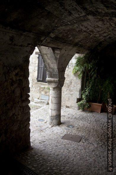Sortie par les portiques des Lascaris. Photo © André M. Winter