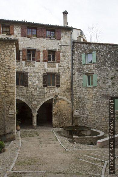 Place du Mont Agel, la fontaine gothique et les portiques des Lascaris. Photo © Alex Medwedeff