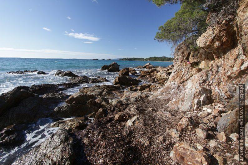Sentier du littoral entre les plages du Domaine de Brégançon. Photo © André M. Winter