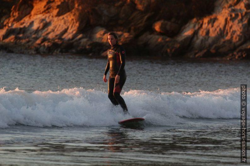 Surfeuse le soir à la plage de Cabasson. Photo © André M. Winter