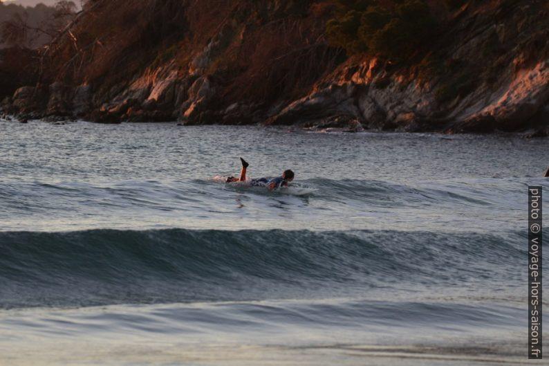 Surfeur le soir à la plage de Cabasson. Photo © André M. Winter