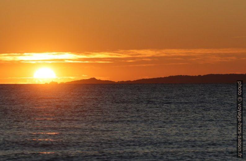 Coucher de soleil sur l'île du Grand Ribaud. Photo © André M. Winter