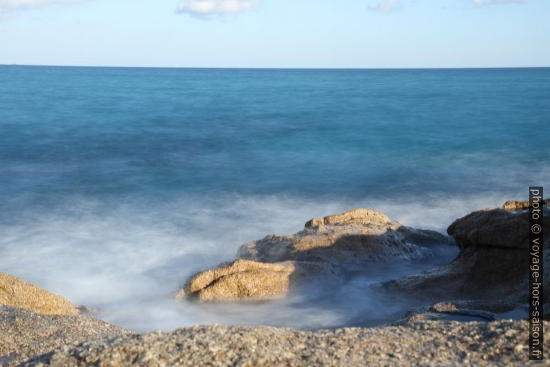 Mer et rochers en longue exposition. Photo © Alex Medwedeff
