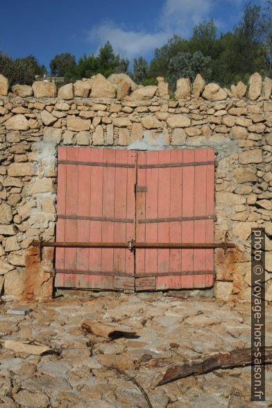 Porte d'un garage à bateau de la Sèche de Gassin. Photo © Alex Medwedeff