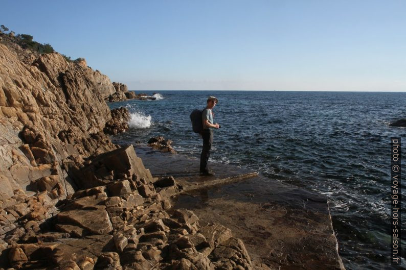 André sur le chemin maçonné en bord de mer sous le Merlier. Photo © Alex Medwedeff