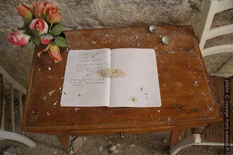 Livre d'or dans la Chapelle St. Thyrse couvert de débris. Photo © André M. Winter