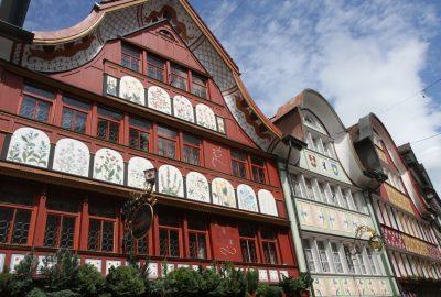 Façades de la rue marchande d'Appenzell. Photo © Alex Medwedeff