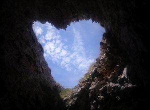 Grotte avec ouverture en forme de cœur vers le ciel. Photo © André M. Winter