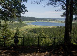 Le Lac de Remoray vu du Belvédère des deux lacs. Photo © André M. Winter