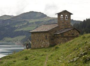 La Chapelle de Roselend et la Roche Parstire. Photo © André M. Winter