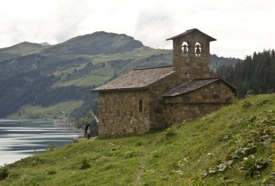 La Chapelle de Roselend et la Roche Parstire. Photo © André M. Winter