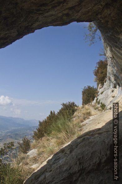 Sortie ouest de la Grotte du Trou de l'Argent. Photo © Alex Medwedeff