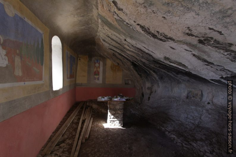 Intérieur de la chapelle St. Trophime de Robion. Photo © André M. Winter