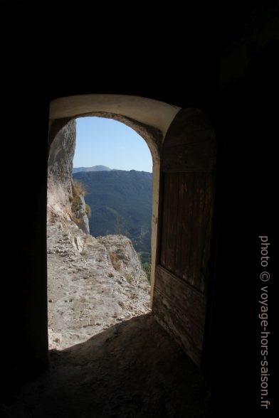 Vue de la porte vers le parvis naturel. Photo © Alex Medwedeff
