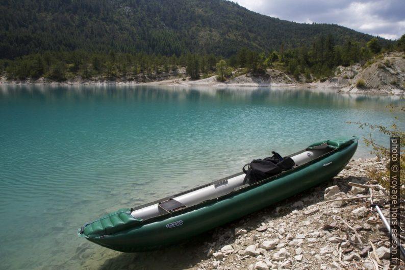 Notre canoë gumotex sur le Lac de Castillon. Photo © Alex Medwedeff