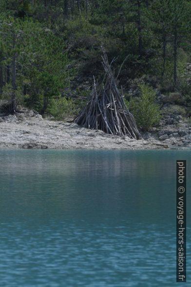 Une cabane de branches sur l'île au sud du Lac de Castillon. Photo © André M. Winter
