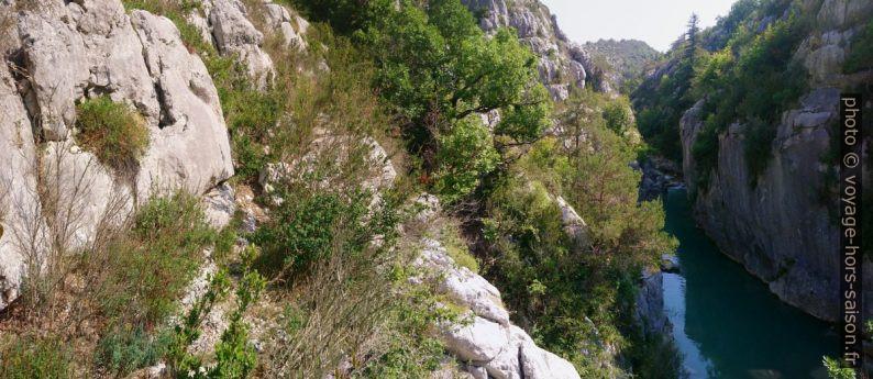 Rebord rocheux à suivre au-dessus du chêne. Photo © André M. Winter