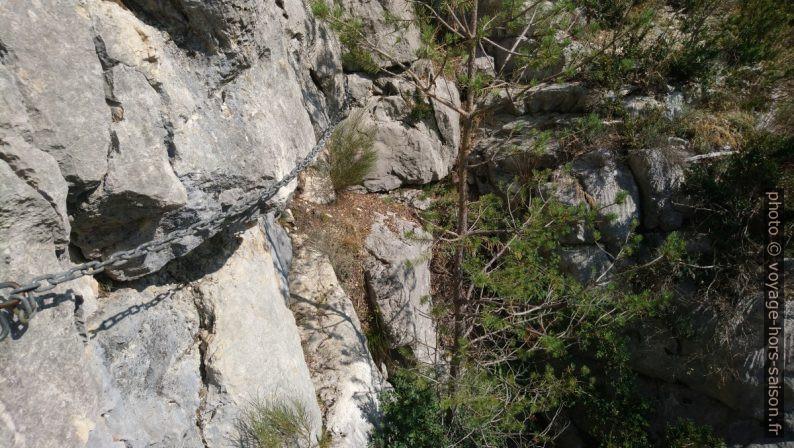 Chaîne sur un passage au-dessus d'une courte partie verticale. Photo © André M. Winter