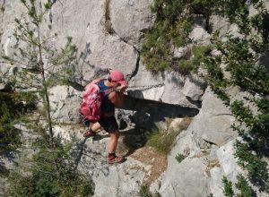 Alex passe la chaîne au-dessus d'une courte partie verticale. Photo © André M. Winter