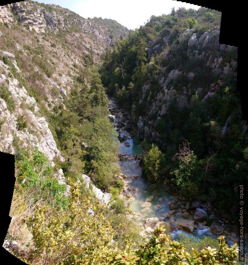 Vue vers l'avant dans le Canyon de l'Artuby en amont de la chaîne. Photo © André M. Winter