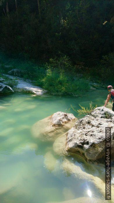 L'eau turquoise de l'Artuby et la dernière section du passage naturel. Photo © André M. Winter