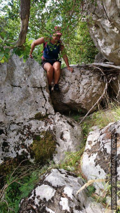 Alex passe sur des rochers. Photo © André M. Winter