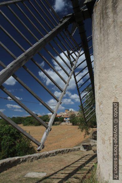 Ailes d'un des moulins de Régusse. Photo © Alex Medwedeff