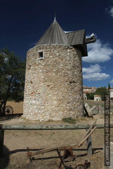 Le moulins sans ailes de Régusse. Photo © Alex Medwedeff