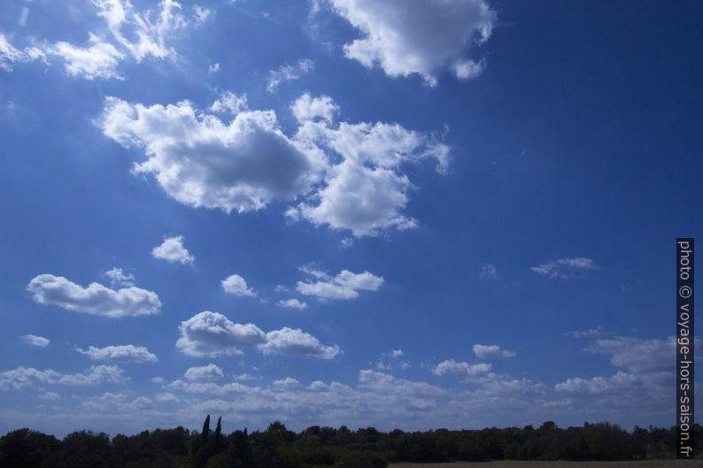 Le ciel bleu et quelques nuages. Photo © André M. Winter