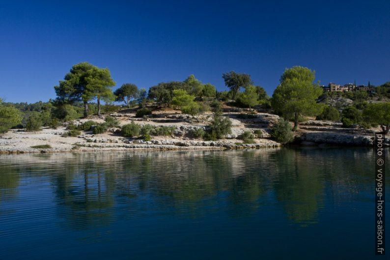 Côte rocheuse au nord-est du Lac d'Esparron. Photo © Alex Medwedeff