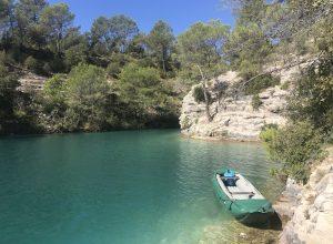 Notre canoë sur la rive nord du Lac d'Esparron. Photo © Alex Medwedeff